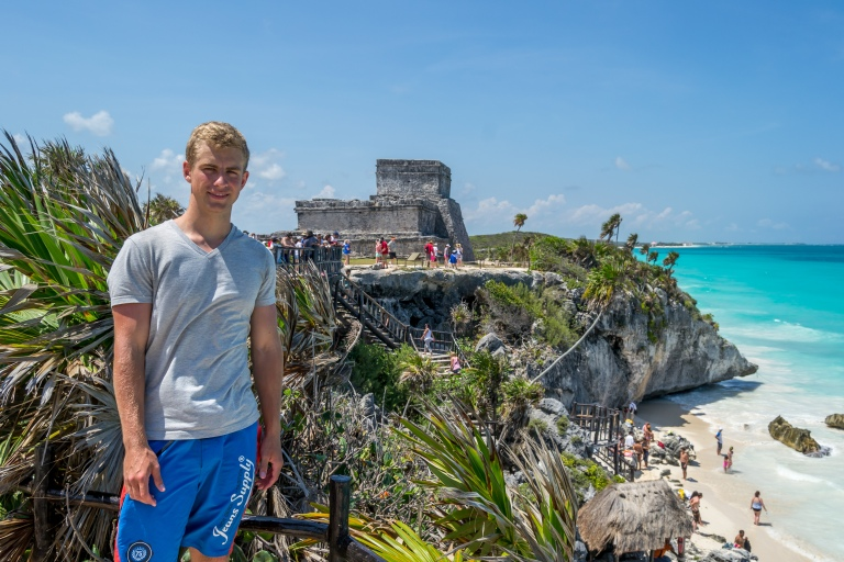 Mig med El Castillo og stranden i baggrunden.