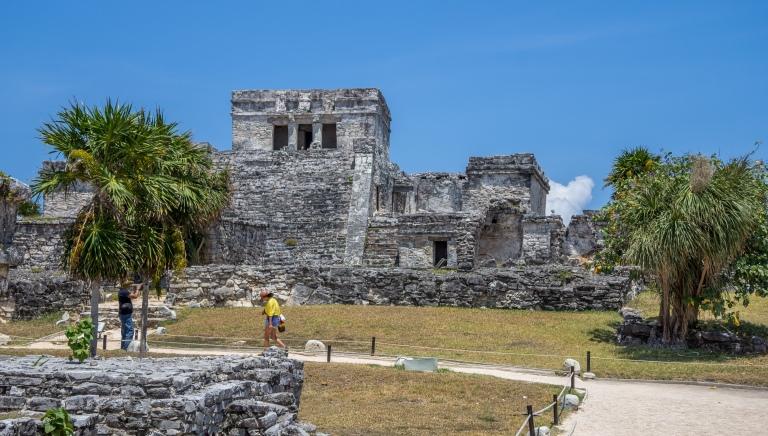 """Den største af bygningerne. El Castillo. Blev formentligt brugt til tilbedelse af """"dykkeguden"""" der havde forbindelse til kukulkan. Det blev desuden brugt som fyrtårn som skibene kunne navigere efter."""